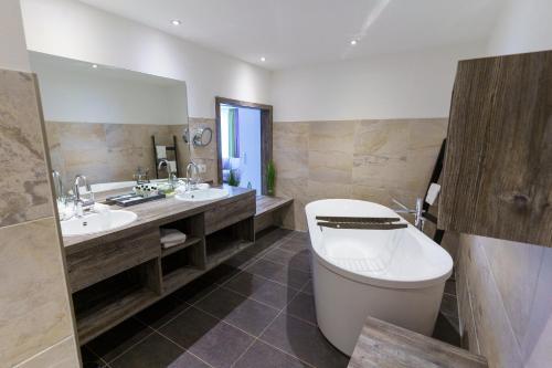 A bathroom at Landhotel Gockelwirt