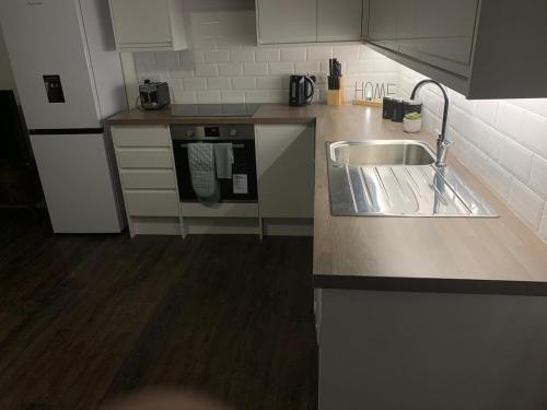 A kitchen or kitchenette at Watford Stays by Stay Guru