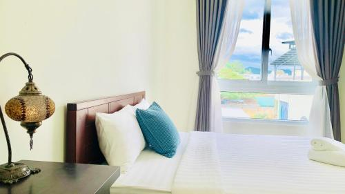 A bed or beds in a room at Moonlight House & Apartment Nha Trang