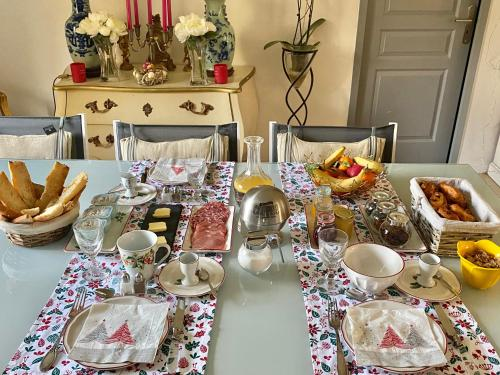 Breakfast options available to guests at «CARPE DIEM»