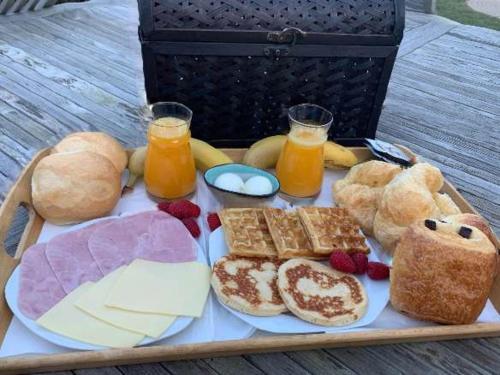 Breakfast options available to guests at Le Spa du Cabanon: Cabanon de luxe avec Spa entièrement privatif