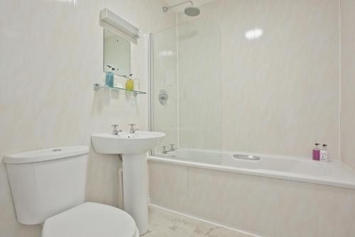 A bathroom at The Yewdale Inn