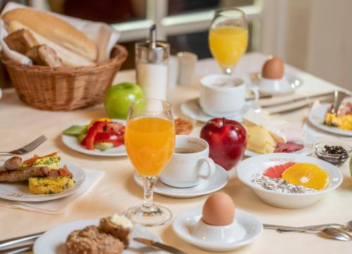 Breakfast options available to guests at Hotel Radium Palace