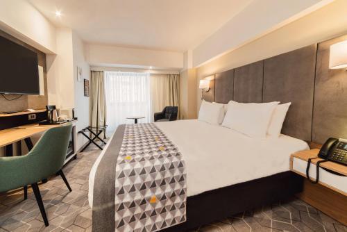 Un pat sau paturi într-o cameră la Holiday Inn Bucharest - Times, an IHG Hotel