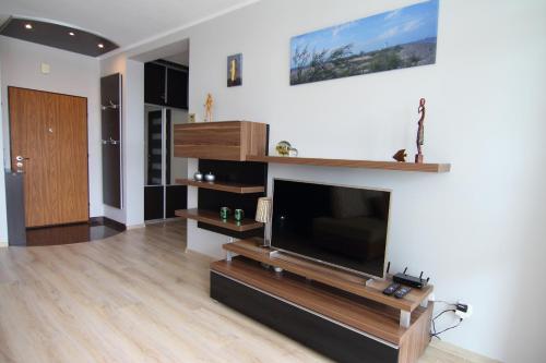 A television and/or entertainment centre at Apartamenty Świnoujście - Apartament Nad Kanalem