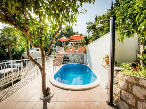 The swimming pool at or close to Guest House Villa Nina
