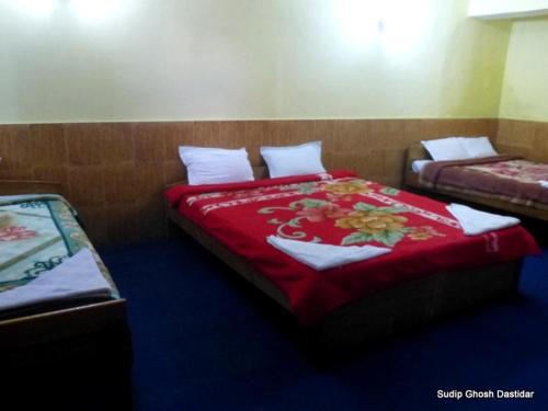 A bed or beds in a room at Vamoose Kanchan Valley