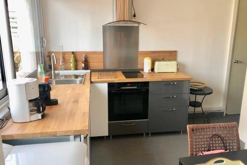 A kitchen or kitchenette at Appartement tout confort Prado vélodrome