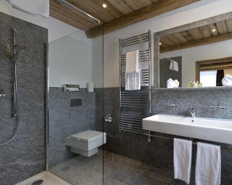 Ein Badezimmer in der Unterkunft Hotel Crusch Alba Zernez