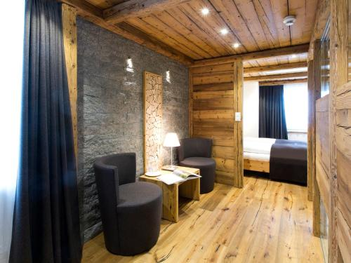 Ein Sitzbereich in der Unterkunft Hotel Crusch Alba Zernez