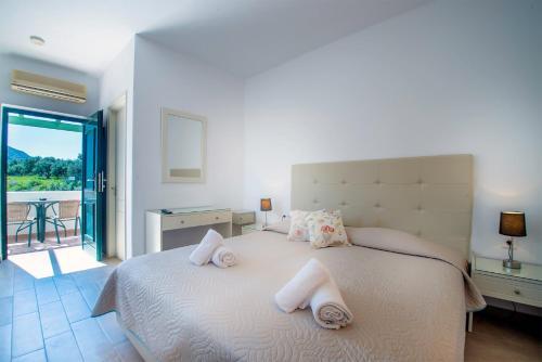 Een bed of bedden in een kamer bij Palatia Village Hotel Apartments