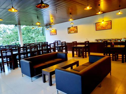 A restaurant or other place to eat at Lakmini Lodge Sigiriya