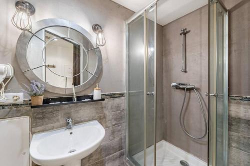 A bathroom at Le Jasmin, Studio 3 au vieux port de Marseille