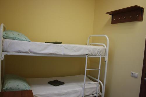 Двухъярусная кровать или двухъярусные кровати в номере Хостел Москвич