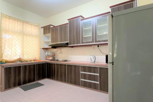 A kitchen or kitchenette at OYO 90199 Homely&cozy House