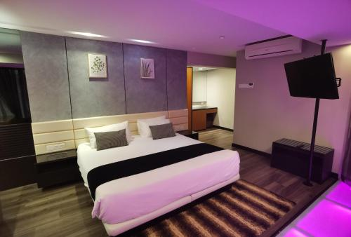 A bed or beds in a room at Home Hut @ 2BR Maritime Suite Jelutong Karpal Singh