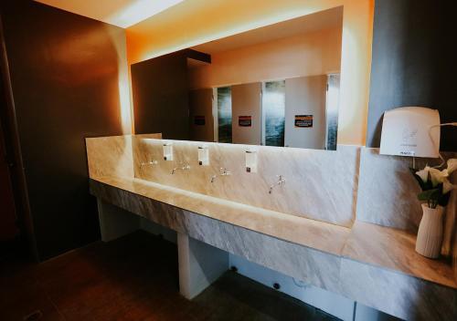 A bathroom at Viajeros Hostel Boracay
