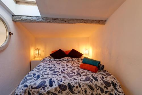 A bed or beds in a room at Duplex des 13 Cantons