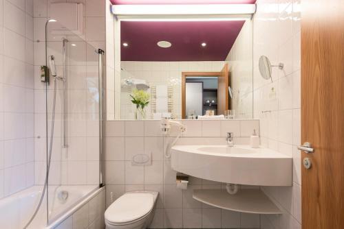 A bathroom at Hotel Allegra