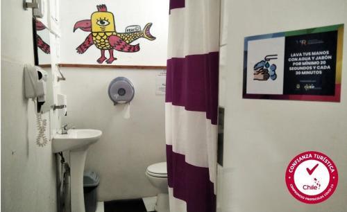 A bathroom at Casa Volante Hostal