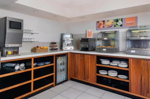 A kitchen or kitchenette at Holiday Inn Express London Gatwick Crawley, an IHG Hotel