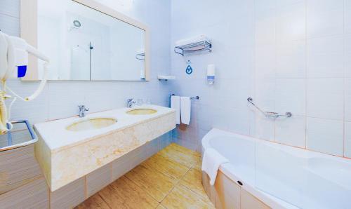 Een badkamer bij Daima Biz Hotel