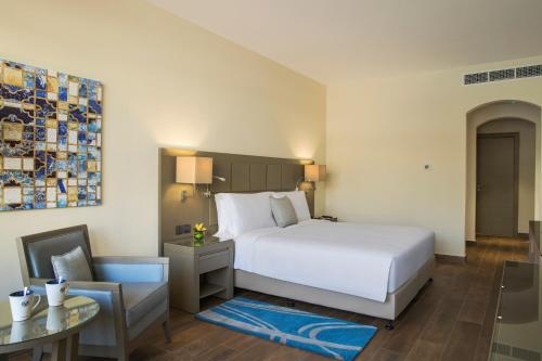 A bed or beds in a room at The Cove Rotana Resort - Ras Al Khaimah