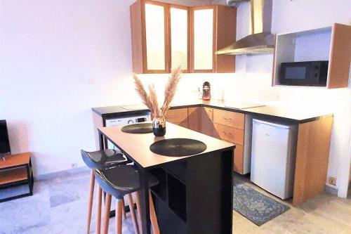 A kitchen or kitchenette at Studio en plein cœur de Marseille ENTREE AUTONOME