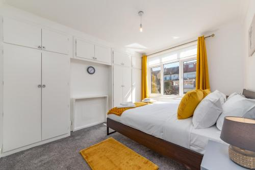 A bed or beds in a room at Flourish Apartments - The Avenue - Tottenham