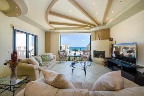 Area soggiorno di Manolia Dream Apartment 3-bedrooms 30m to the beach