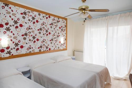 A bed or beds in a room at Hotel Ría de Suances