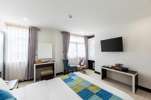 A television and/or entertainment centre at Phuc Thanh Luxury Hotel