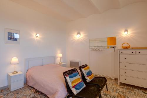 A bed or beds in a room at Le petit Malmousque