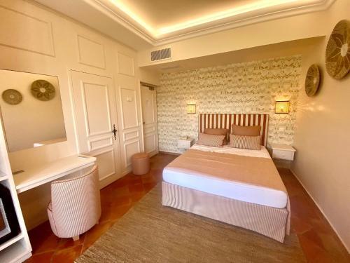 A bed or beds in a room at La Bastide Du Port - Hôtel de Charme