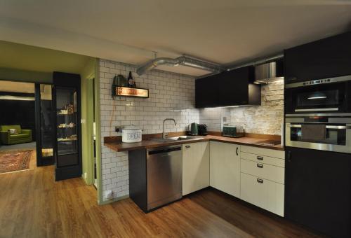 A kitchen or kitchenette at Woodland Yard