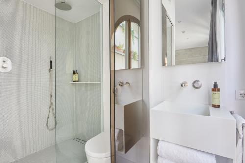 A bathroom at Sonder l La Casa del Sol