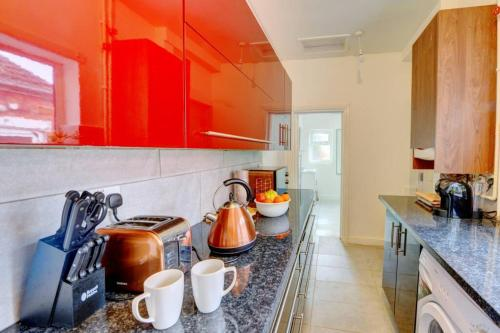 A kitchen or kitchenette at Leopold House