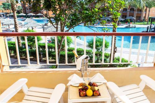 Pemandangan kolam renang di Caribbean World Resort Soma Bay atau di dekatnya