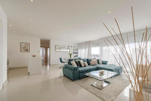 A seating area at Urban Luxury Apartment
