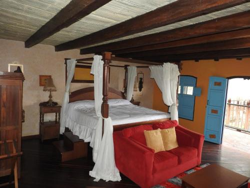 A bunk bed or bunk beds in a room at Hotel El Eden Country