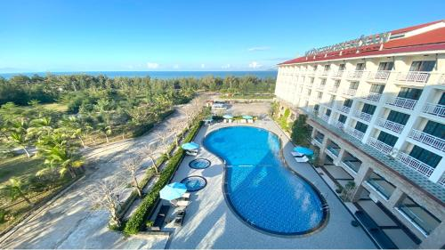 Ein Blick auf den Pool von der Unterkunft Muong Thanh Holiday Hoi An Hotel oder aus der Nähe