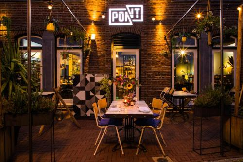 A restaurant or other place to eat at B&B Pont