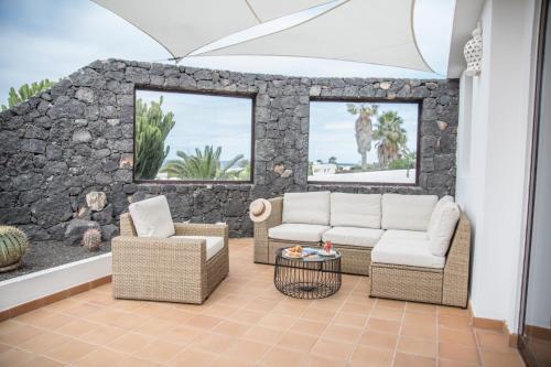 Coin salon dans l'établissement Casa Marquesa with private heated pool & sea views