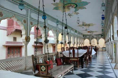A restaurant or other place to eat at Jagat Palace