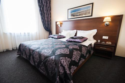 Кровать или кровати в номере Slavyanskaya