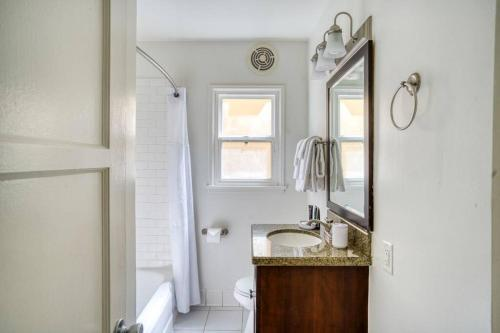 A bathroom at Stay Gia Beautiful 1 Bedroom Apartment Near LAX