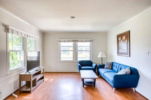 A seating area at Stay Gia Modern 1 Bedroom Apartment Near LAX