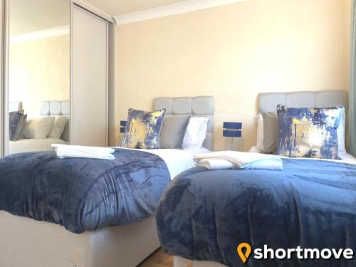 A bed or beds in a room at SHORTMOVE - Close to UHCW, Sleeps 7, Parking, Contractors