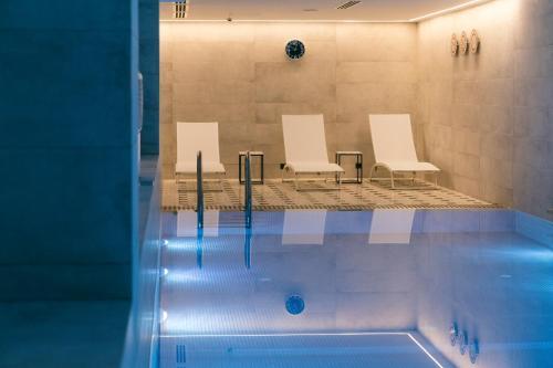 בריכת השחייה שנמצאת ב-Shota @ Rustaveli Boutique Hotel או באזור