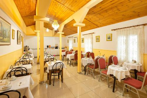 A restaurant or other place to eat at Nea Metropolis